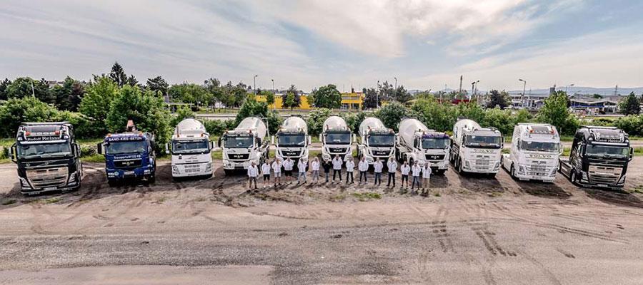 Die Mitarbeiter mit ihren LKWs.